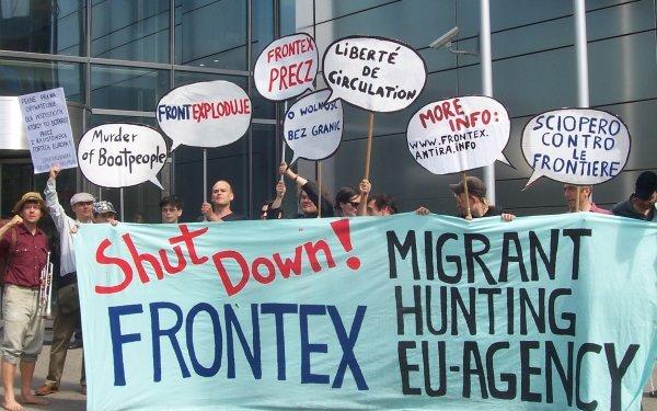 Beeld van demo voor Frontex hoofdkantoor